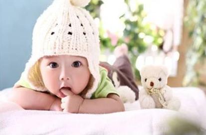 吃手指是每个宝宝生长必经过程 预防吮手指